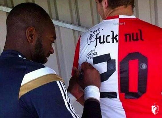 Vermeer tekent 'Fuck 020' shirt