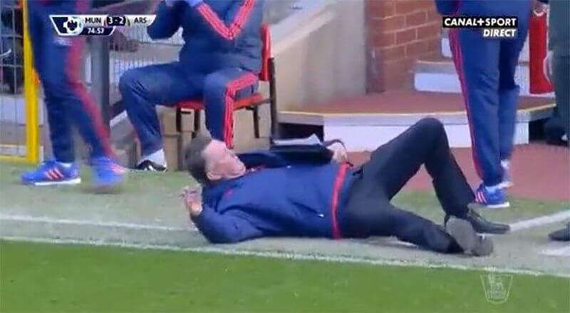 LOL: Van Gaal valt op de grond