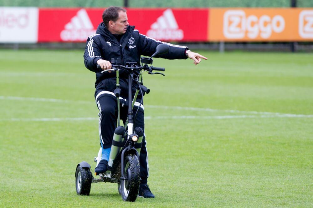 Ajax lacht om trainer De Boer