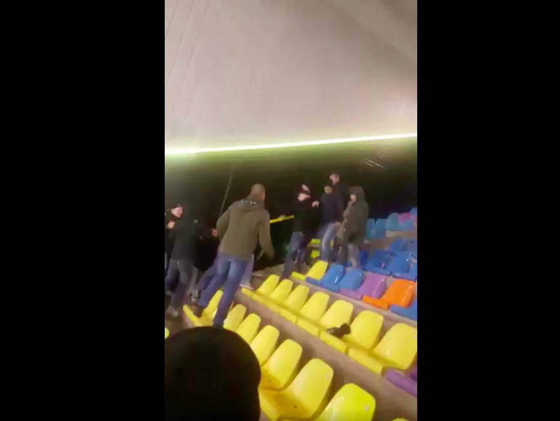 Feyenoord-fan in Vitesse-vak wordt aangepakt