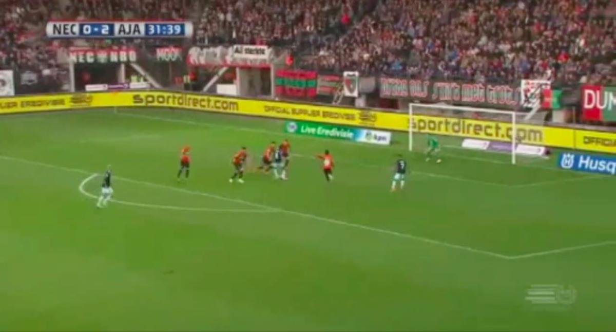 Traoré pikt doelpunt mee voor Ajax tegen NEC