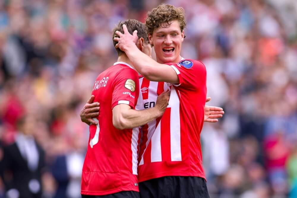 PSV promoveert drie talenten