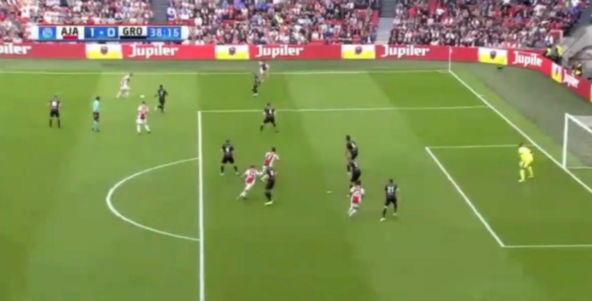 Huntelaar kopt Ajax op voorsprong