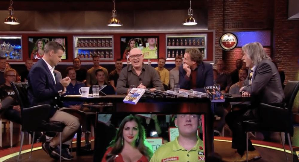 """Van der Gijp geniet eindelijk van darten: """"Die kun je melken"""""""
