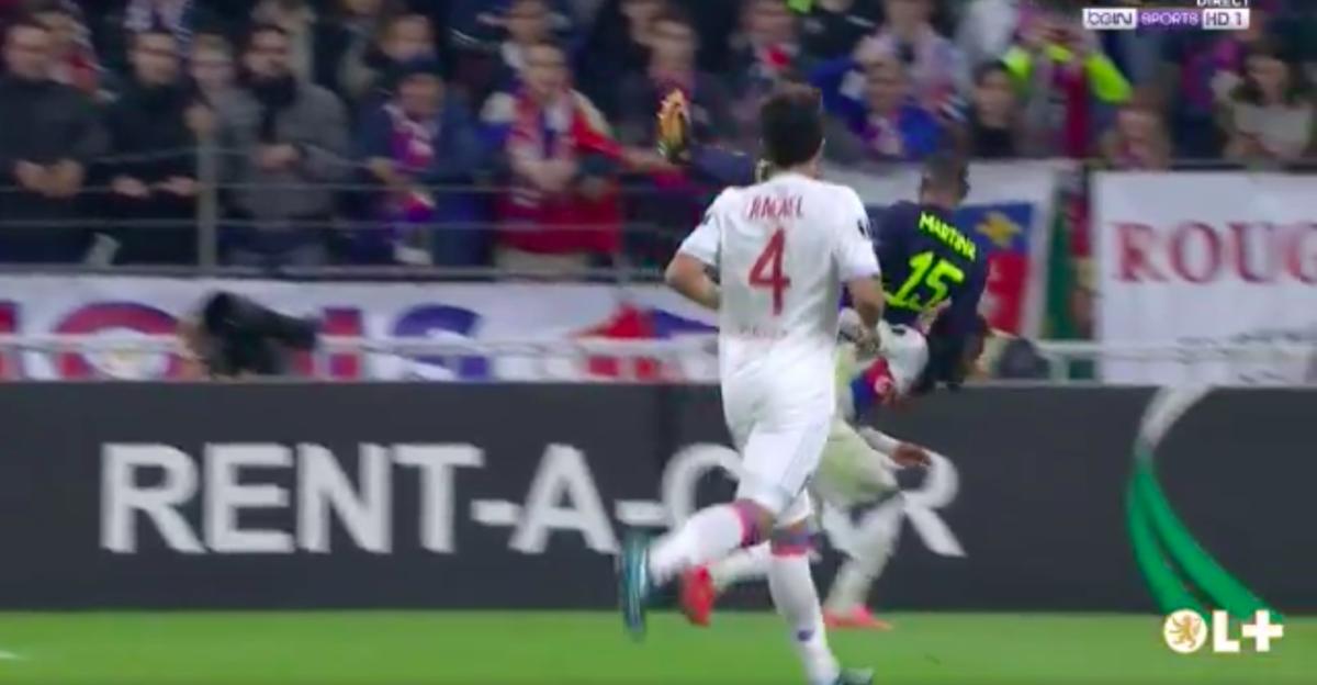 Voormalig Twente-speler afgevoerd op brancard na nare val