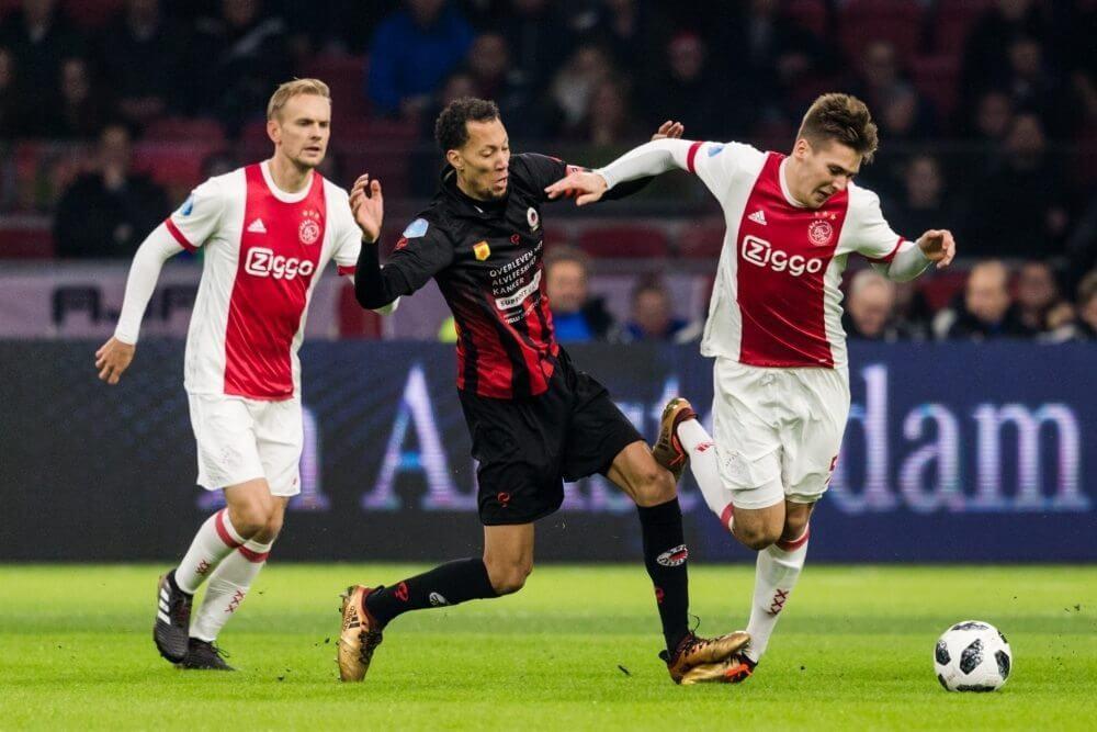 Ajax-sterkhouder lijkt zware blessure op te lopen