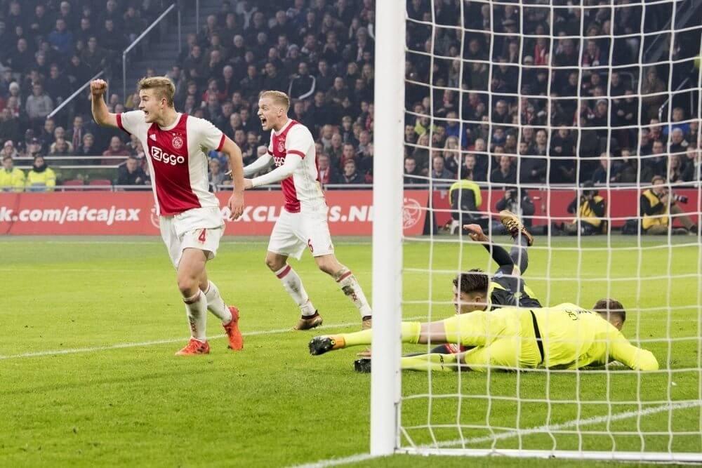 Koploper PSV hard onderuit op bezoek bij Ajax
