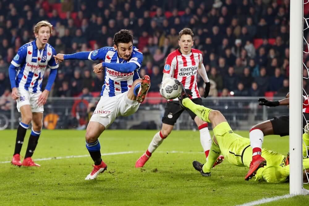 PSV lijdt puntverlies na rode kaart Lozano