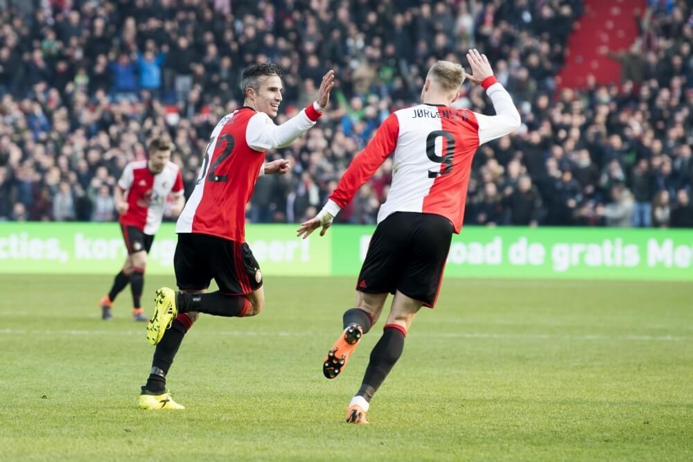 Van Persie schiet Feyenoord langs Heracles