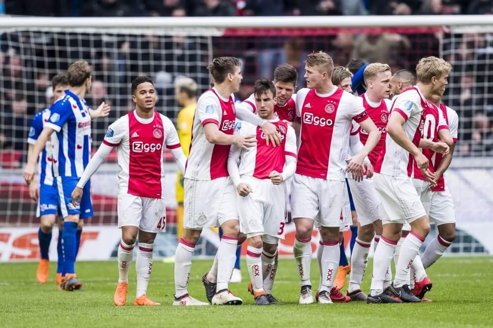 Ajax aan de hand van Ziyech langs Heerenveen