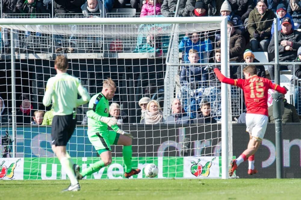AZ pakt op valreep drie punten tegen Groningen