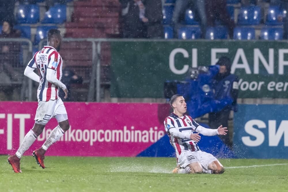 Willem II buigt achterstand om en pakt drie punten in waterballet