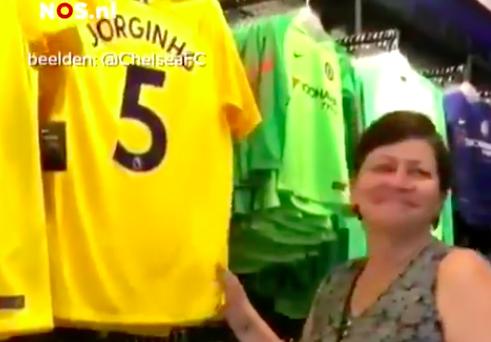 Cute! Moeder van Jorginho in tranen als ze zijn shirt ziet in Chelsea fanshop