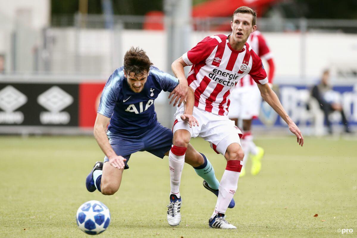 De negentienjarige Koen Oostenbrink tekent een tweejarig contract bij PSV
