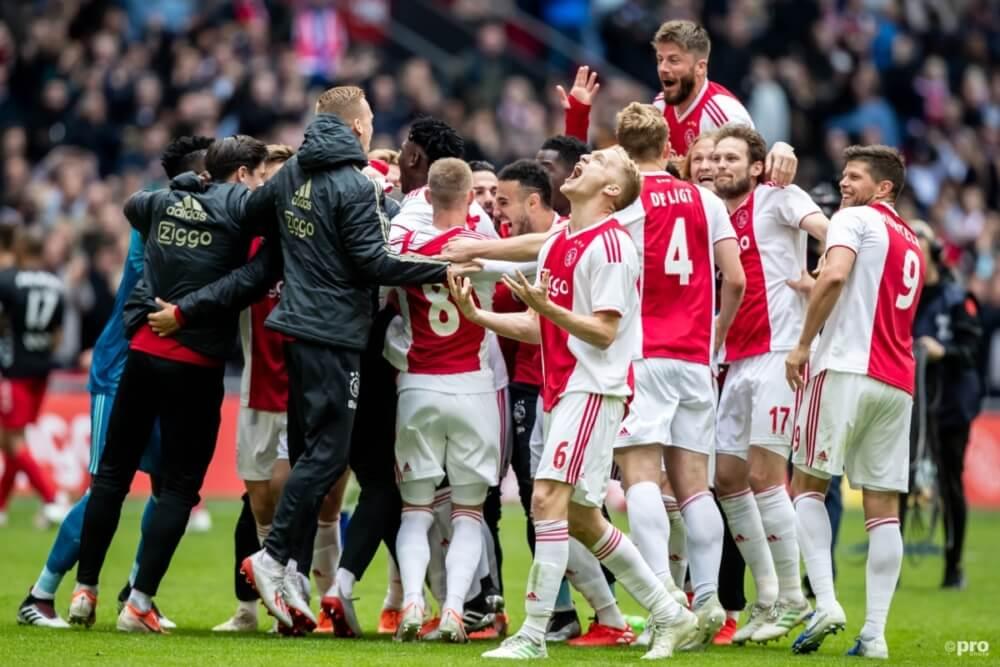 Ajax viert feest na de overwinning op FC Utrecht en de nederlaag van PSV tegen AZ